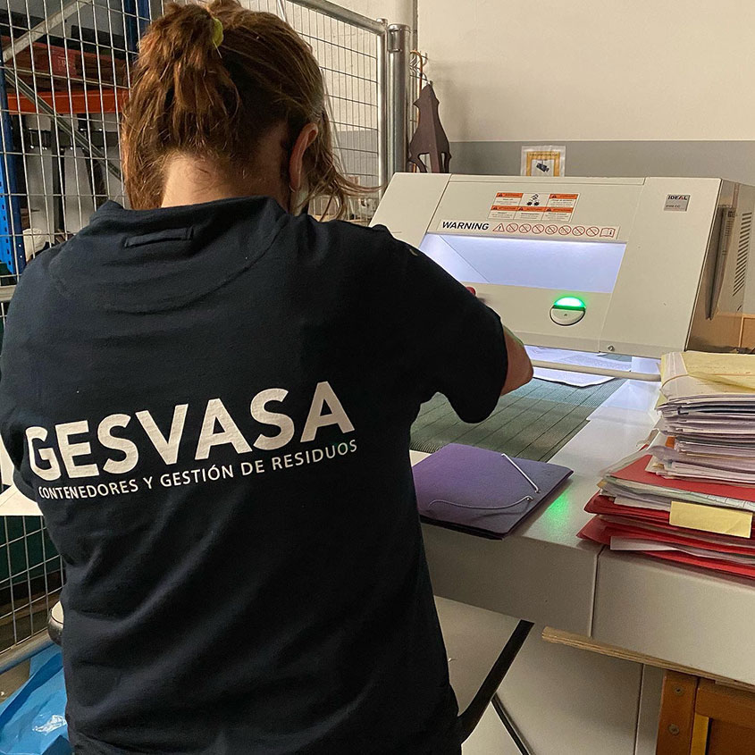 Foto operaria Gesvasa detruyendo documentos